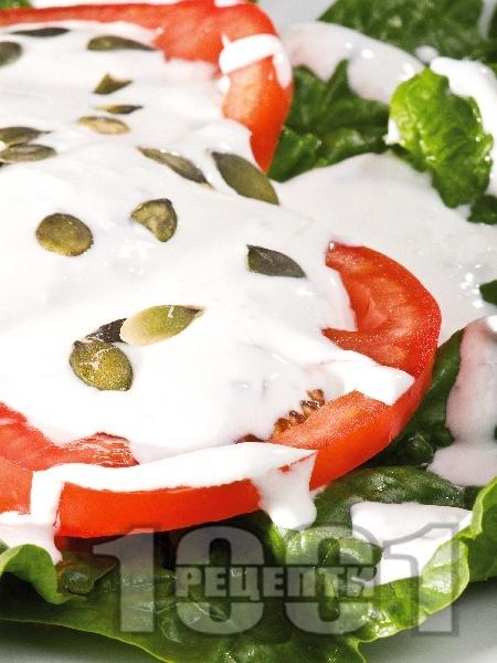 Салата с домати, спанак, сирене и кисело мляко - снимка на рецептата